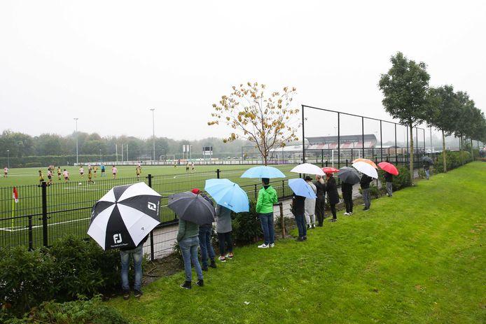 Ouders langs het voetbalveld bij Nieuw Terbregge. Sportclubs lijden zwaar onder de maatregelen, onder meer omdat ze geen kantine-inkomsten hebben.