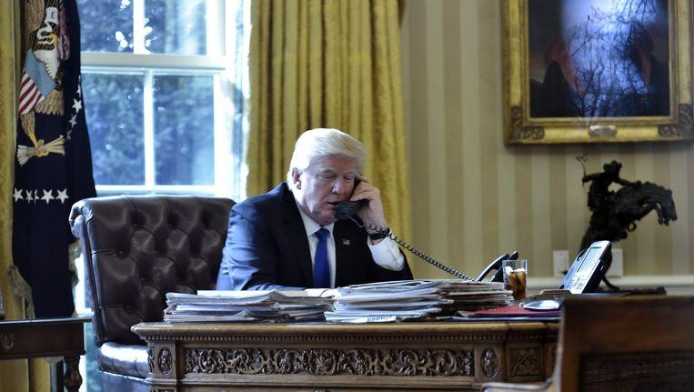 De Amerikaanse president Trump tijdens een eerder telefoongesprek met de Russische president Vladimir Poetin.