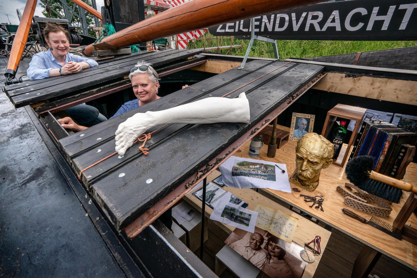 Monique Broekman (l) en Alexandra van Dongen in hun expositieboot die langs plekken aan de Zuid-Willemsvaart komt te liggen.