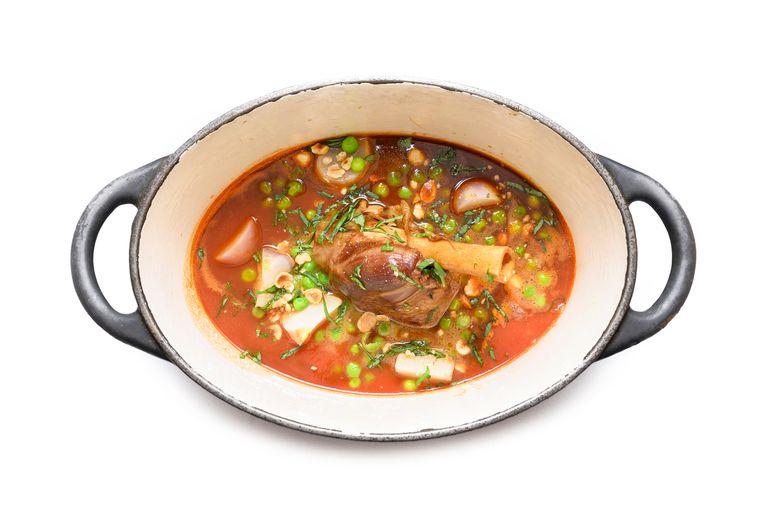 Lamsschenkel met jus en tomaat. Beeld Els Zweerink