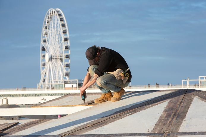 ARCHIEFFOTO: De opbouw van strandtenten in Scheveningen
