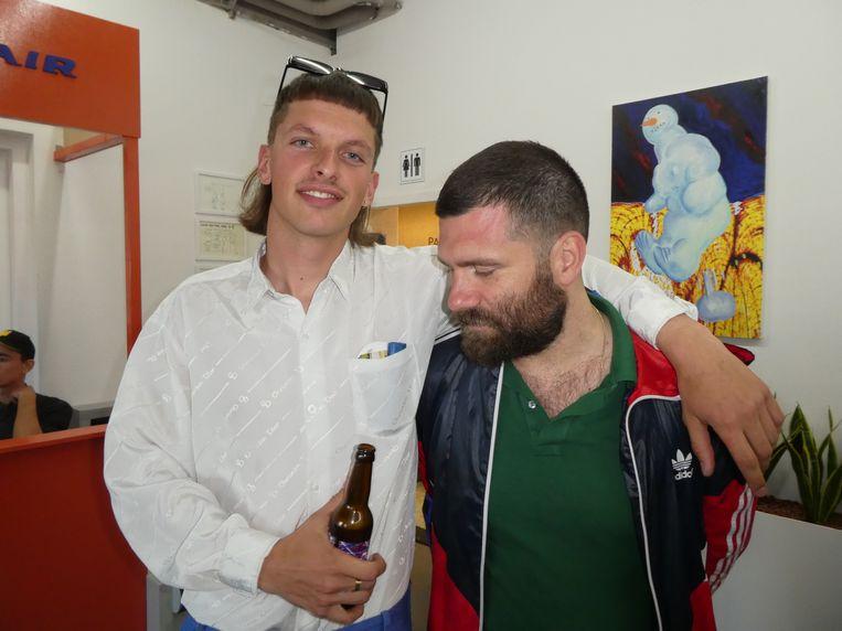 Kunstenaar Willem de Haan met Bram Swarte, omdat die het meest lijkt op Kamagurka, de grote afwezige, zoals dat hoort. Beeld Hans van der Beek