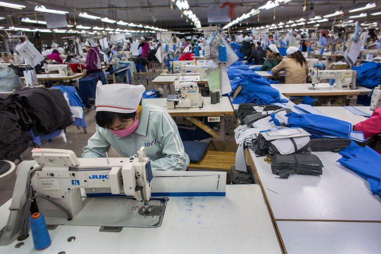 Clothing factory in Vietnam Beeld Ton Koene