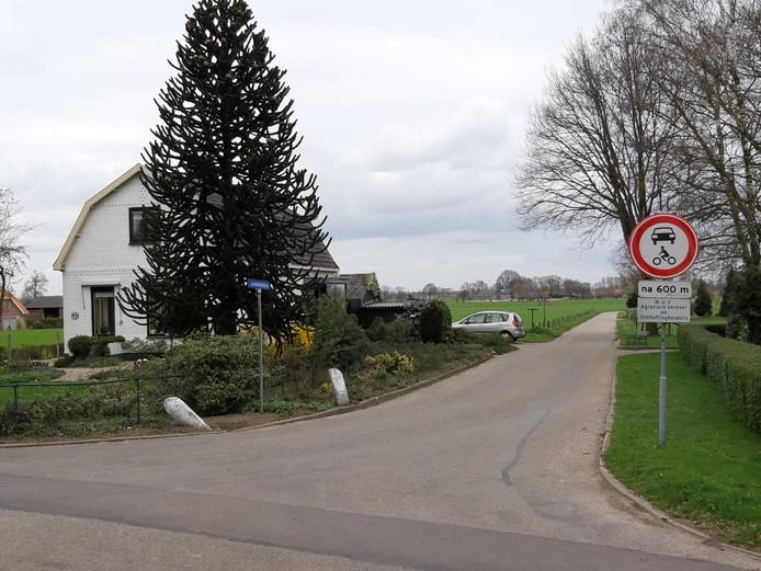 Op de Levendaalseweg in Rhenen wordt al vroeg gewaarschuwd: automobilisten zijn niet welkom in het Binnenveld.