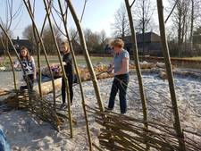 Jeugdnatuurwacht Liempde legt wilgenvlechttunel aan: 'Leuk om iets zelf te maken'