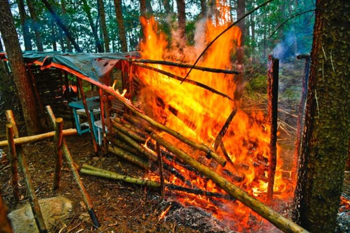 De bosburcht afgebrand in Riethoven.