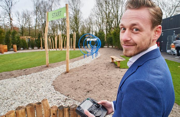 Charles Veerkamp bij de introductie van het drone-parcours op zijn vakantiepark in Schaijk.