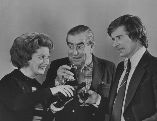 Jean Alexander (links) als Hilda Ogden in Coronation Street.