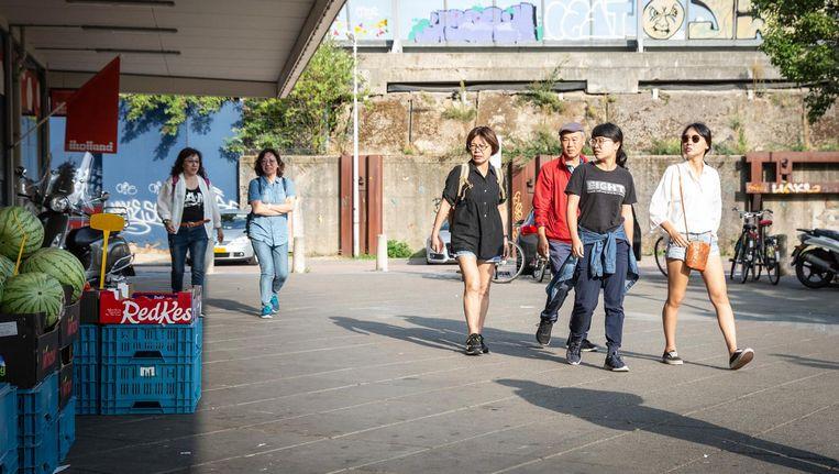 Een groep Taiwanese toeristen, zojuist per touringcar gearriveerd, loopt langs Versshop Delfland Beeld Dingena Mol