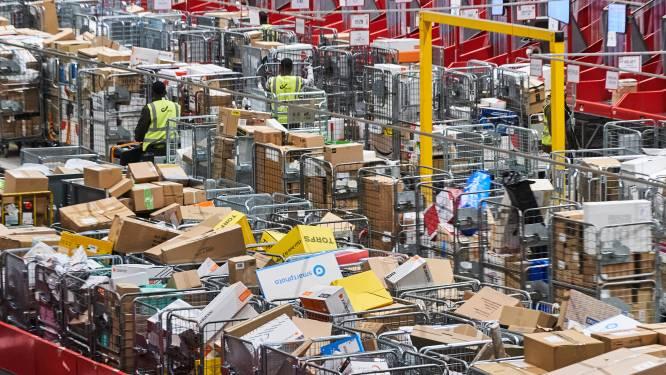 Onze man in Brussel X, waar elk uur 20.000 dozen van de band vliegen: zelfs CEO draagt op zaterdag mee pakjes rond