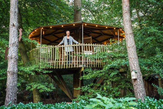 Jennifer Kleijn in de boomhut die zij en haar man hebben laten bouwen naast hun recreatiewoning in Schaveren. Het echtpaar weigert de bijgebouwen op het perceel te verwijderen.
