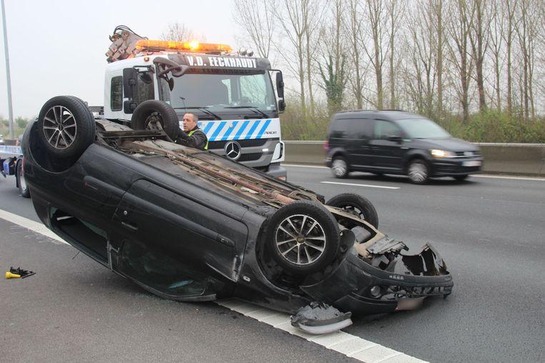 De wagen belandde op zijn dak op de rechterrijstrook.