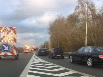 Auto belandt in vangrails op verkeerswisselaar A19-E403 in Moorsele