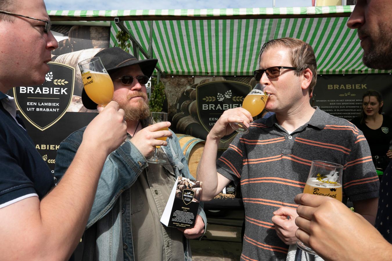 De vier Boxtelse vrienden vlnr Harold, Daan, Floris en Koen aan de Brabiek tijdens bierfestival Biereloth.