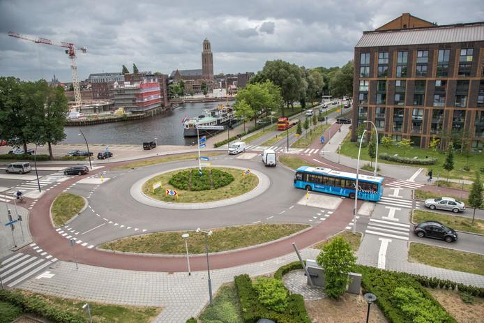 De rotonde op de Burgemeester Roelenweg en de Pannekoekendijk, het meest onveilige verkeerspunt van Zwolle.