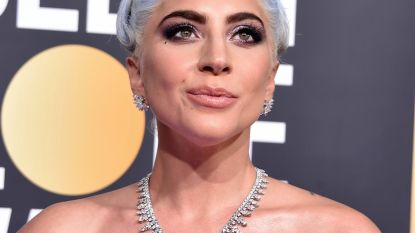 Het blauwe haar van Lady Gaga en de rode lippen van Taylor Swift: dit waren de beste beautylooks van de Golden Globes