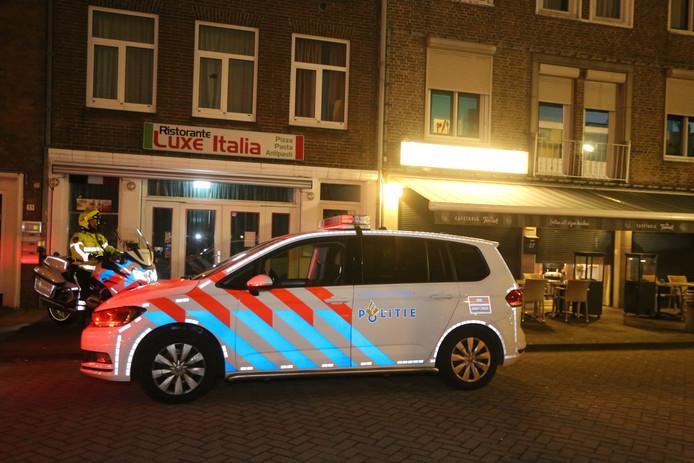 Politie bij snackbar de Tourist na de overval op 1 maart.