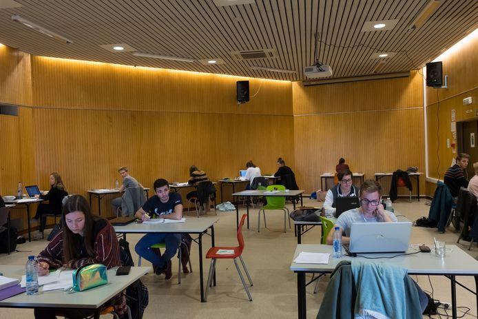 Studenten blokken in de bibliotheek van Duffel