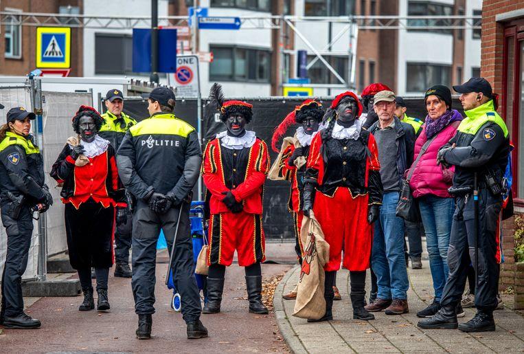 Pieten van Pegida in Apeldoorn. Beeld Raymond Rutting / de Volkskrant
