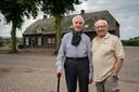 Jo van de Doelen (l) en Amsterdammer Max (Willy) Bos voor de boerderij uit de oorlog.