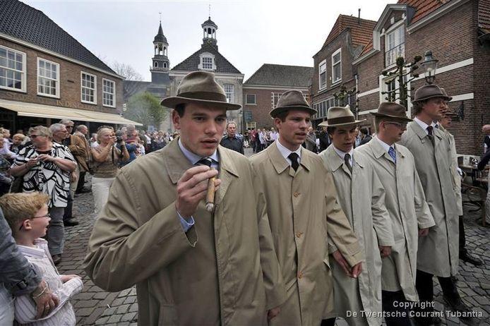 Het vlöggeln in Ootmarsum is een eeuwenoude traditie.