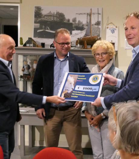 Lionsclub Twenterand doneert geld voor vervanging rotte vloer Veenmuseum