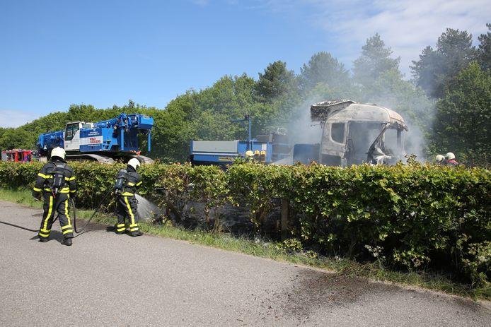 Vrachtwagen in brand gevlogen op A4 bij Bergen op Zoom.