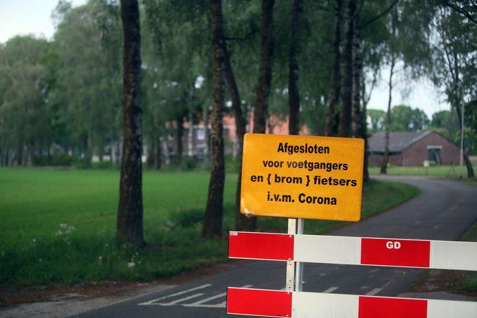 Een wegafzetting bij een nertsenhouderij in Noord-Brabant