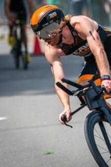 Diederik Scheltinga wint tweede (halve) triatlon in week maar loopt teen stuk op stalen hek