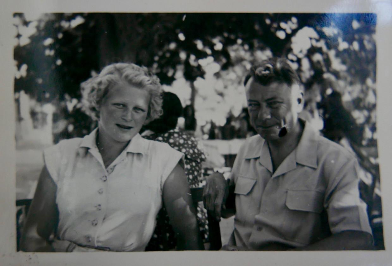 Annette Heere met haar vader Theo Heere vlak voor ze halverwege de jaren vijftig het klooster in ging.