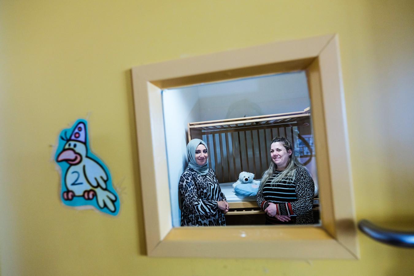 Kinderdagopvang Bloementtuin bij het Slingeland, Selma (links) en Annemarie gaan kinderen van verplegend personeel 24/7 opvangen, beide in een van de slaapkamertjes.