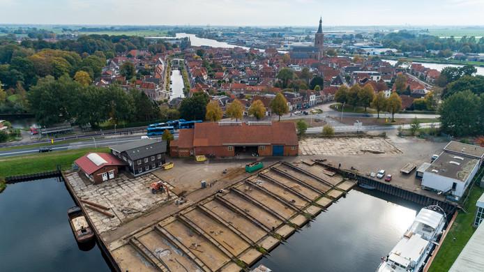 De scheepswerf in Hasselt ligt er verlaten bij. Er zijn plannen voor een waterpark en recreatiewoningen.