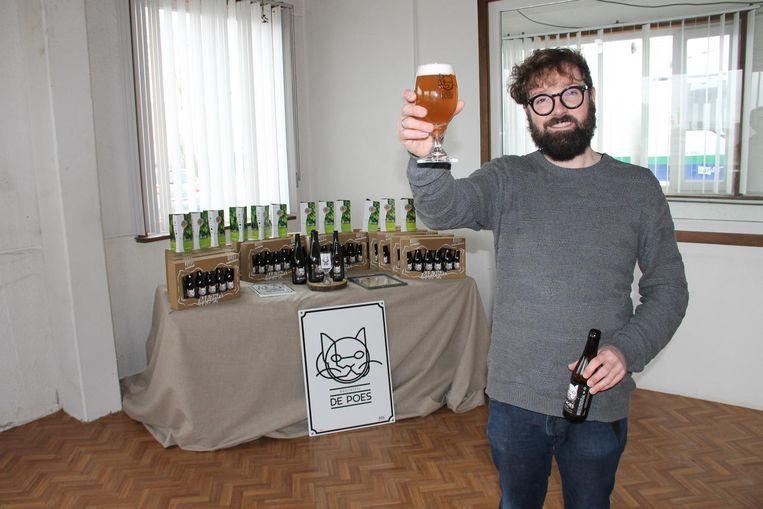 Stijn David met zijn bier De Poes Blond in zijn brouwerij.