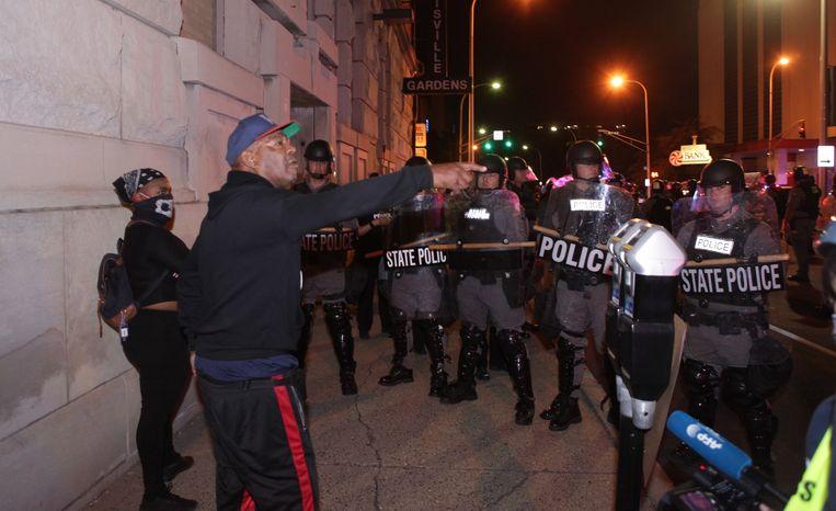 Een demonstrant confronteert de politie tijdens demonstraties in Louisville. Beeld EPA
