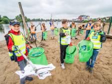 Kinderraad ruimt Houtens strand van de Rietplas op: 'Het is hier heel smerig'