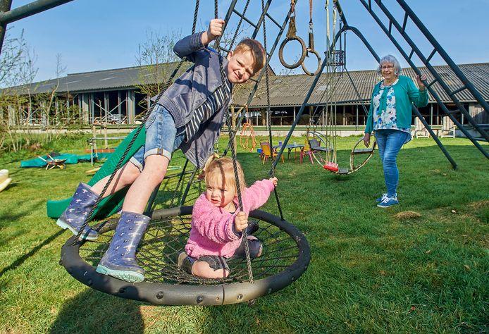 De kleinkinderen Tijs (6) en Kaat (2) weten wel hoe lekker je kunt spelen in de tuin van oma Wilhelmien(r).