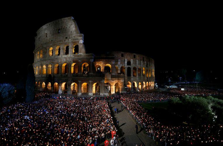 Mensen bezoeken de Kruisweg aan het Colosseum in Rome, die door Paus Franciscus geleid wordt.
