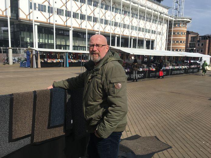 Stoffenhandelaar Gerrit Jansen heeft alle ruimte op de Apeldoornse maandagmarkt. De kramen staan ver uit elkaar.