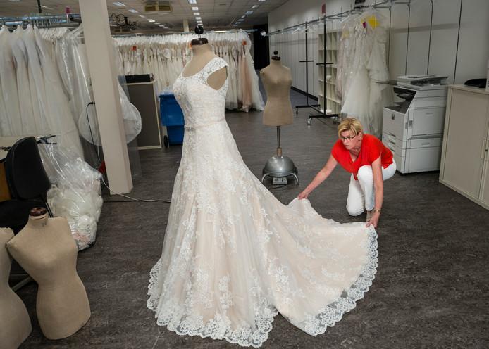 Verwonderend Enterse Angela ontwerpt al 40 jaar bruidskleding: 'Kate's jurk OU-24