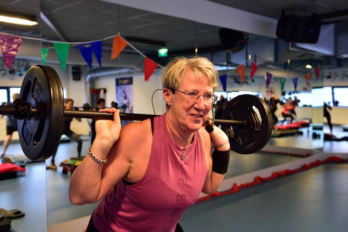 Fitnessinstructrice Annelies van Bennekum viert haar 65ste verjaardag in de sportschool. ,,Mijn man roept weleens: we gaan in Spanje wonen, als pensionado's.''