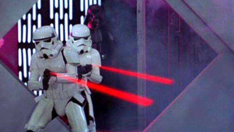 Stormtroopers legden met hun laserpistolen het vuur aan de schenen van Luke Skywalker en de zijnen.