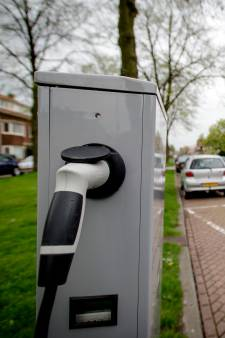 Je Tesla te lang aan de laadpaal laten hangen? 'Laadpaalklever' riskeert nu een boete in Alphen