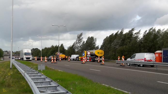 Het verkeer moet van twee keer twee rijbanen naar de ene weghelft, gezien vanuit de richting van de A28 en Harderwijk.