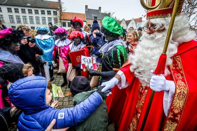 Sinterklaas schudt handjes in Brugge. Dit beeld krijgen we in Moorslede alvast niet te zien.