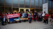 """Protest aan gemeentehuis tegen stopzetting poets- en karweidienst: """"Einde aan speciale band met klanten, en dat doet pijn"""""""