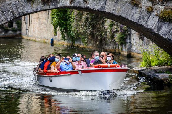 """VIDEO. Er varen weer toeristenbootjes op de Brugse reien: """"We ..."""