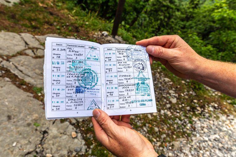 Stempelboekje voor wandelaars. Via een app van de Kroatische bergvereniging kun je verborgen stempels vinden langs de route.   Beeld Noël van Bemmel