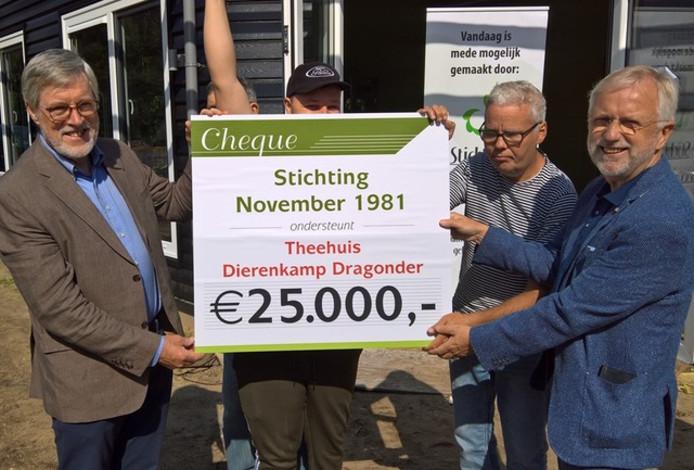 Gerrit van de Weerd (rechts) neemt 25.000 euro in ontvangst voor het nieuwe theehuis.