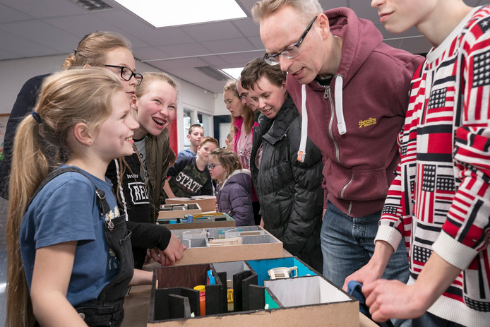 Leerlingen van groep 7 en 8 presenteren hun techniekproject welke ze gemaakt hebben met begeleiding van lokaal bouwbedrijf Pennings aan hun ouders.
