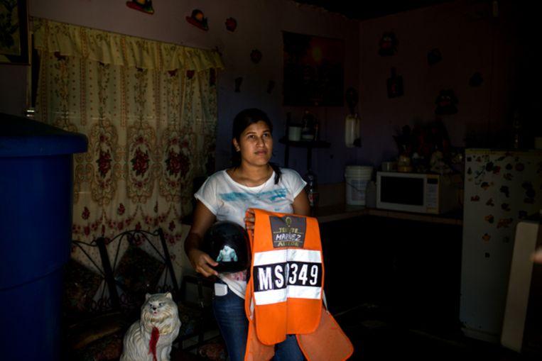 Rosandinella Casares houdt het motorvest van haar vermiste man in haar armen. Beeld Manaure Quintero